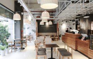 Ghế gỗ đẹp là một phần quan trọng tạo nên sự thu hút cho quán cafe